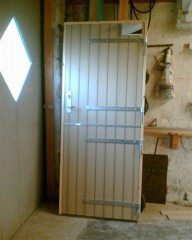 Låsekasse og stalddørshængsler